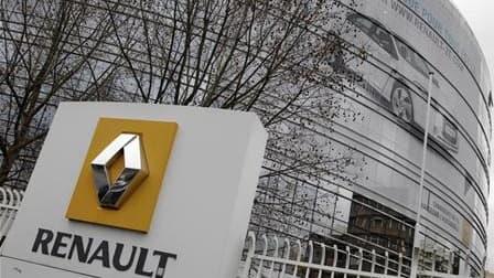 Renault a annoncé jeudi que Matthieu Tenenbaum, l'un des trois cadres accusés à tort dans la fausse affaire d'espionnage, allait réintégrer le groupe début mai au sein de la direction stratégie et plan. /Photo d'archives/REUTERS/Jacky Naegelen