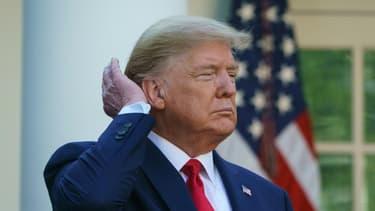 Donald Trump se passe la main dans les cheveux lors d'une conférence de presse sur le coronavirus à la Maison Blanche, à Washington, le 30 mars 2020