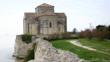 L'église de Talmont-sur-Gironde menace à terme de s'écrouler dans l'océan auquel elle fait face depuis le XIIe siècle.