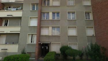 C'est au rez-de-chaussée de cet immeuble de la rue du Sergent Vigné, à Toulouse, qu'habite le tueur présumé.