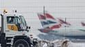 A l'aéroport londonien d'Heathrow. La vague de froid et de neige n'a offert que très peu de répit à l'Europe dimanche, désorganisant le trafic aérien et perturbant les transports en plein départ pour les congés de Noël. /Photo prise le 19 décembre 2010/RE