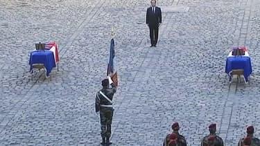 François Hollande a rendu hommage aux deux soldats français tués en Centrafrique, dans la cour des Invalides.