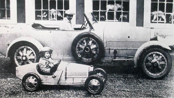 Roland, au volant de sa Bugatti Baby, avec son grand-frère Jean, en Type 43.