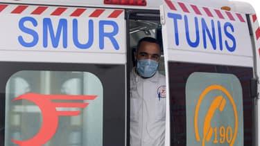 Un secouriste paramédical du SAMU Tunisie (Urgent Medical Aid Service) à l'arrière d'une ambulance dans la capitale Tunis, le 6 avril 2020. (Photo d'illustration)