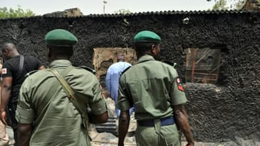 Des policiers nigérians, le 26 mai 2015 après un attentat dans le nord-est du pays à Gubio