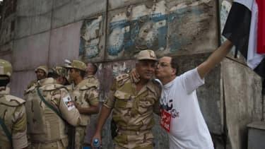 Un anti-Morsi embrasse des soldats, mercredi, après la destitution du président.