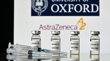 Illustration de doses et seringues pour le vaccin contre le Covid-19, le 17 novembre 2020 à Londres, avec le logo de l'université d'Oxford et de son partenaire britannique AstraZeneca