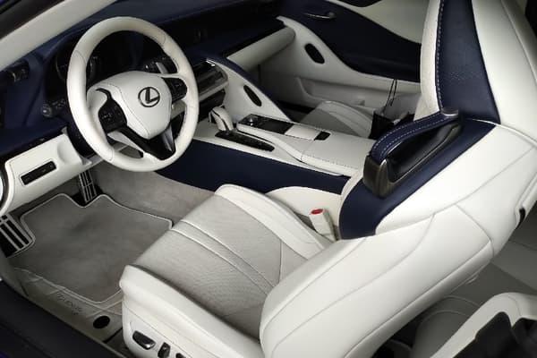 La Lexus LC500 cabriolet Regatta Edition dispose d'un écran, mais non-tactile, il se commande avec une molette.