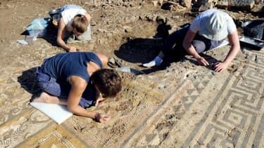 Etre archéologue nécessite au moins deux qualités: de la patience et un minimum de souplesse.