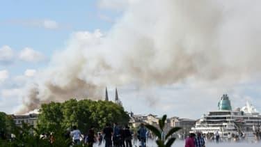 De la fumée s'élève dans les rues de Bordeaux, le 25 mai 2019