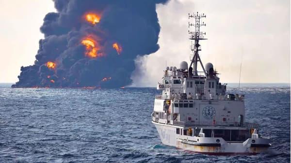 Un panache de fumée d'un kilomètre s'est élevé depuis le pétrolier en flammes.