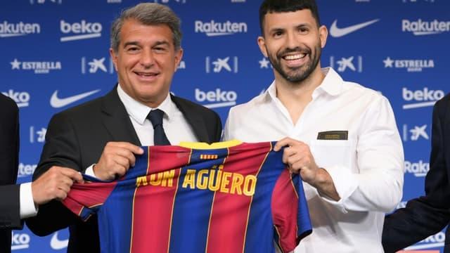 L'ancien attaquant de Manchester City, l'Argentin Sergio Aguero, au côté du président du FC Barcelone, Joan Laporta, lors de sa présentation officielle, le 31 mai 2021 au Camp Nou