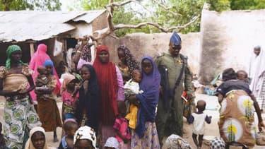 Photo fournie par l'armée nigériane le 30 avril 2015 prise dans un lieu non divulgué de l'Etat de Borno montrant des jeunes filles libérées lors d'une opération contre le groupe islamiste Boko Haram
