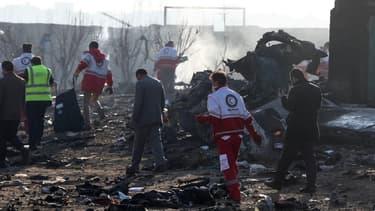 Les équipes de secours sur les lieux du crash du Boeing 737 à Téhéran, le 8 janvier 2020.