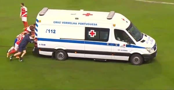 Les joueurs ont poussé l'ambulance transportant Carmo