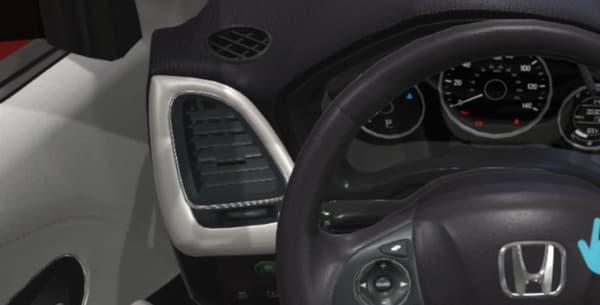 A l'intérieur du véhicule, on peut obtenir des explications en fixant du regard ou en pointant avec sa main différents éléments.