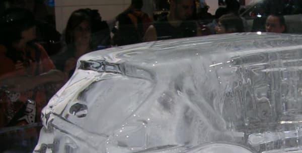 Une réplique du Ford S-Max en glace