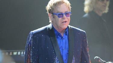 Elton John, toujours vert (et bien habillé), se produisant à Manchester dans le Tennessee.
