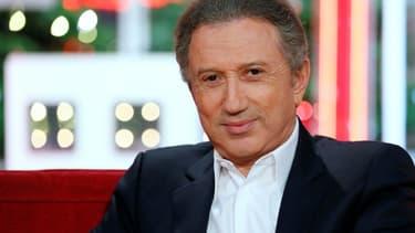 """Michel Drucker sur le plateau de son émission """"Vivement Dimanche"""" en décembre 2012 à Paris"""