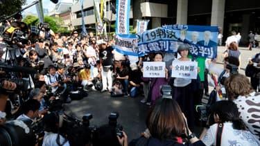 Des activistes manifestent devant le tribunal de Tokyo après l'acquittement des trois responsables de Tepco
