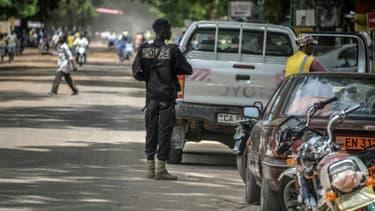 Un policier en patrouille dans une rue de Maroua, dans le nord du Cameroun, près de la frontière avec le Nigeria, le 16 septembre 2016 (PHOTO D'ILLUSTRATION)