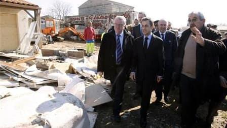 Jean-François Faget, le maire de Charron, en Charente-Maritime (ici à droite, lors de la visite de Nicolas Sarkozy dans sa commune à la fin mars) ne compte pas signer les arrêtés d'interdiction d'accéder et d'habiter les 150 à 180 maisons vouées à la dest