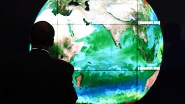Un invité de la Cop21 contemple une projection du globe terrestre, le 30 novembre.