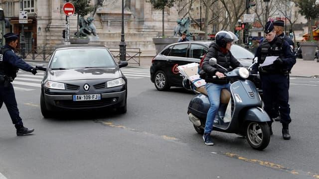 Les policiers contrôle les attestations dérogatoires de circuler : une amende de 135 euros pouvant être infligée en cas d'infraction.