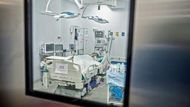 Un patient atteint par le coronavirus dans l'unité de soins intensifs de l'hôpital Alberto Sabogal Sologuren, le 2 juillet 2020 à Lima, au Pérou