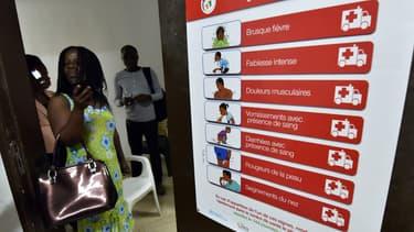 Un poster placardé sur les murs à Abidjan, en Côte d'Ivoire, sensibilise aux symptômes du virus Ebola, le 1er septembre 2014.