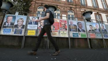 Les affiches des onze candidats à la présidentielle, photographiées le 10 avril 2017 à Strasbourg.