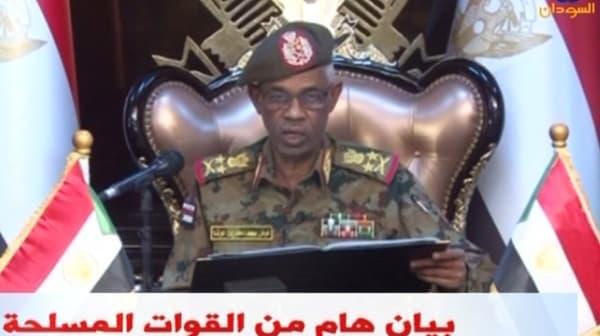 Le ministre de la Défense soudanais Awad Ibn Ouf annonce la destitution du président Omar el-Béchir le 11 avril 2019