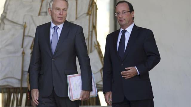 Jean-Marc Ayrault et François Hollande. François Hollande chute d'un point avec 41% de Français satisfaits de son action dans le baromètre Ifop pour le Journal du dimanche diffusé samedi. Concernant le Premier ministre, 55% des sondés (+6) sont mécontents