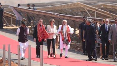 Les dirigeants français et indiens inaugurent une centrale de panneaux photovoltaïques de 100 MW à Mirzapur, à 50 kilomètres à l'ouest de Varanasi, construite par le groupe français Engie.