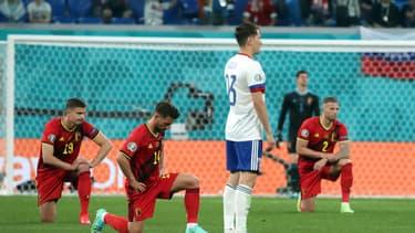 Les joueurs belges posent le genou à terre avant la rencontre face à la Russie