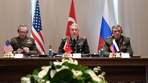 Les trois chefs d'état-major, le Turc Hulusi Akar (C), l'Américain Joseph Dunford (G) et le Russe Valery Gerasimov le 7 mars 2017 à Antalya (sud de la Turquie)