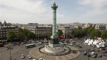 """Place de la Bastille à Paris où plusieurs dizaines de jeunes Français tentent de se regrouper tous les soirs depuis quelques jours par solidarité avec les """"indignés"""" espagnols. Le mouvement, baptisé """"Démocratie réelle, maintenant !"""", appelle à un vaste ra"""