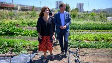 """Michèle Rubirola (à gauche), candidate aux municipales du """"Printemps Marseillais"""", une coalition de gauche pour Marseille aux cotés de  Yannick Jadot, député européen écologique EELV, lors d'une visite d'une ferme urbaine, le 15 juin 2020"""