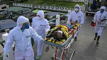 Une équipe médicale transportant un patient malade du Covid-19 à Portel.