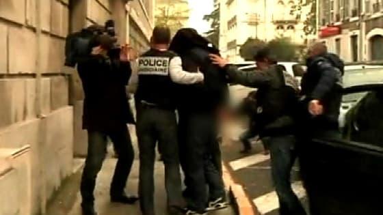 L'arrivée du principal suspect au Palais de justice de Pau, ce dimanche.