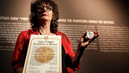 """Irena Steinfeldt, directrice du département des """"Justes parmi les nations"""" à Yad Vashem, tient la médaille et le certificat des """"Justes"""" qui a été décerné à titre posthume à l'Egyptien Mohammed Helmy, le 30 septembre 2013"""