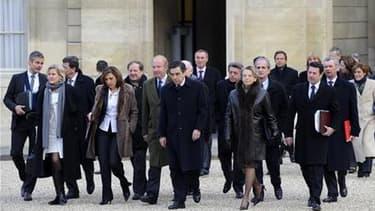 """Le Premier ministre François Fillon (au centre) et les membres du gouvernement dans la cour de l'Elysée, à Paris. A 18 mois de l'élection présidentielle, Nicolas Sarkozy est en quête de la formule gouvernementale qui incarnera une """"nouvelle étape"""" de son"""