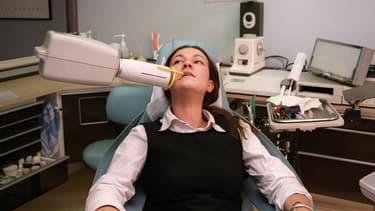 Le dispositif de fabrication d'une couronne assistée par ordinateur coûte entre 40.000 et 50.000 euros et les dentistes déplorent qu'aucune aide à l'investissement ne soit consentie par les pouvoirs publics.