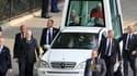 Le séjour, vendredi, à Londres de Benoît XVI a été marquée par l'arrestation de cinq individus soupçonnés par Scotland Yard de préparer un attentat contre le pape. /Photo prise le 17 septembre 2010/REUTERS/Gareth Fuller/POOL