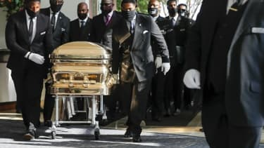 Des employés des pompes funèbres transportent le cercueil de George Floyd dans l'église Fountain of Praise à Houston, le 9 juin 2020