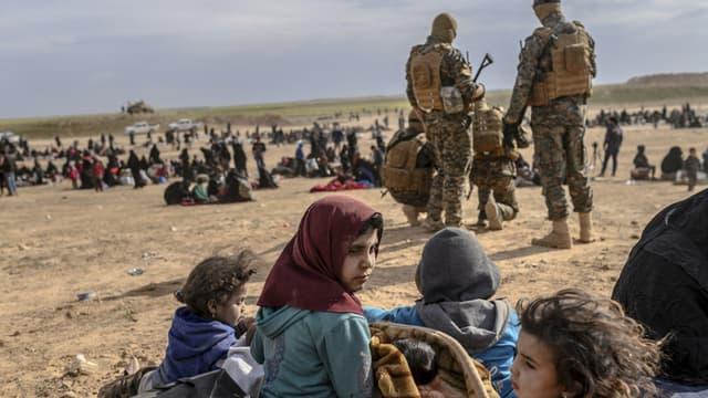 Des enfants entourés des Forces armées kurdes à Baghouz, en Syrie, le 5 mars 2019.