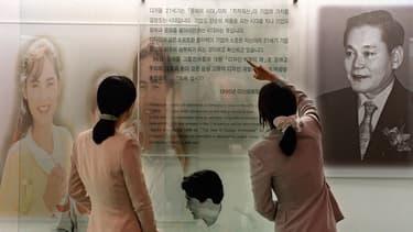 En Corée du Sud, le fondateur de Samsung incarne la réussite. En quelques décennies, la PME spécialisée dans l'épicerie est devenue un conglomérat planétaire.