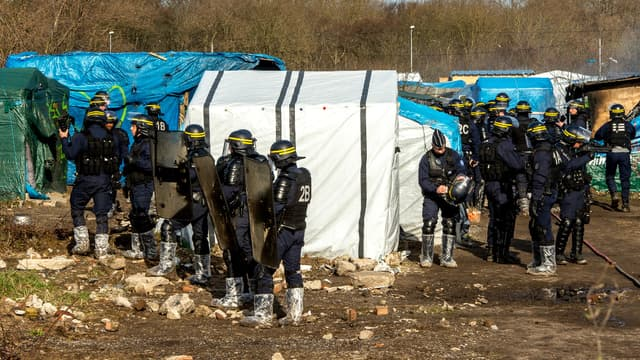 """Des policiers démantèlent des abris de fortune dans la partie sud de la """"Jungle"""" de Calais, le 3 mars 2016."""