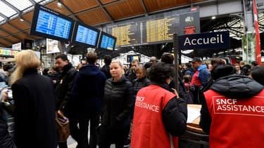 """Des """"gilets rouges"""" seront présents dans les gares pour informer, orienter et aider si besoin les candidats."""