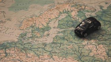 Une réplique de voiture sur une carte de l'Europe (photo d'illustration).